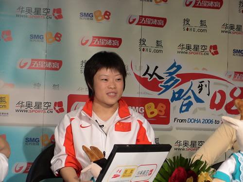 图文:王明娟摘得举重首金 赛后与网友在线交流