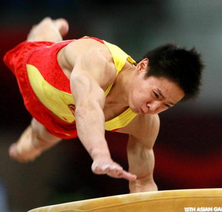 图文:男子体操团体中国夺冠 冯敬参加跳马比赛
