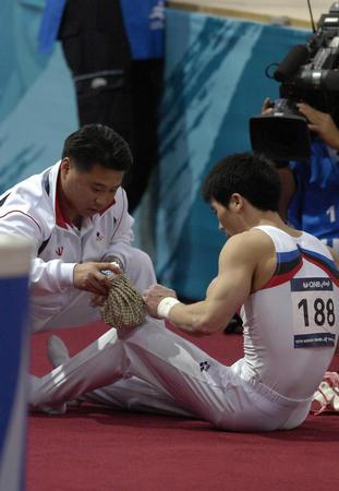 图文:体操男子团体韩国运动员梁泰荣受伤离场