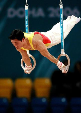 图文:男子体操团体中国夺冠 吊环王子杨威风采