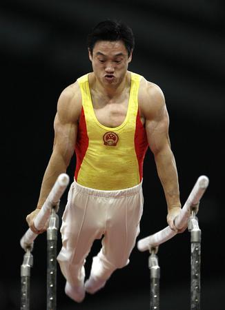 图文:男子体操团体中国夺冠 杨威参加双杠比赛