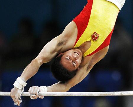 图文:男子体操团体赛中国夺冠 冯敬在单杠比赛