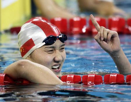 图文:女子200米自由泳比赛 庞佳颖庆祝夺冠