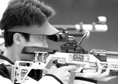 亚运首金比世界纪录少两环 王义夫赛场最忙碌
