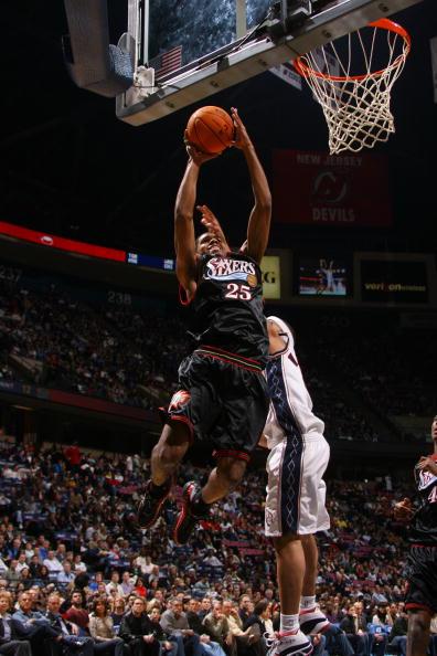 NBA图:网队半场领先76人 罗德尼-康尼飞身扣篮