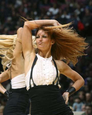NBA图:网队半场领先76人 美女宝贝狂野风情