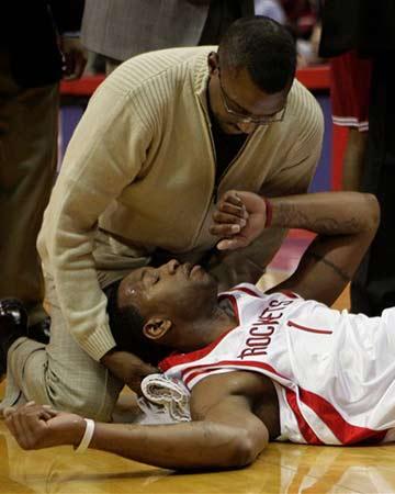 NBA图:火箭半场领先骑士 麦迪受伤令人揪心