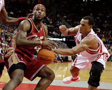 NBA图:火箭三节领先骑士 海耶斯抢断詹姆斯