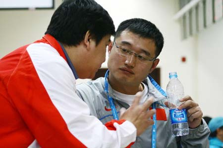 图文:谭宗亮以第一名晋级决赛 与王义夫交谈