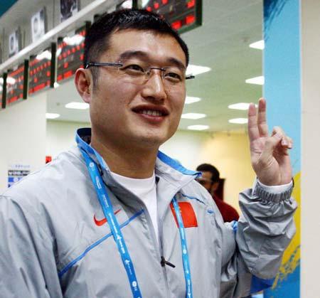 图文:谭宗亮以第一名晋级决赛 做出胜利手势
