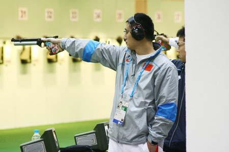 图文:谭宗亮以第一名晋级决赛 专注参加比赛