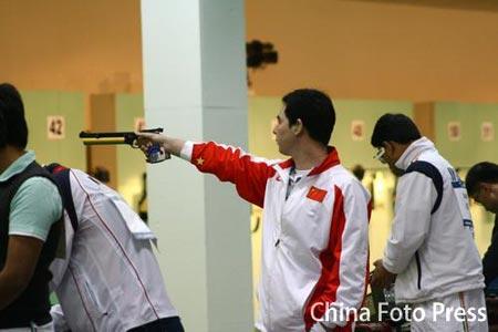图文:男子10米气手枪团体金牌 林忠仔进行准备