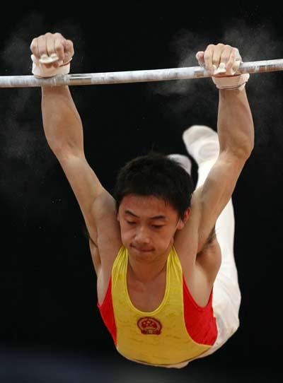 图文:体操男团决赛中国夺冠 邹凯在单杠比赛中