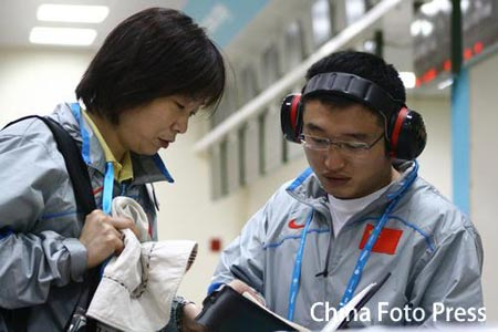 图文:谭宗亮以第一名晋级决赛 与人讨论战术
