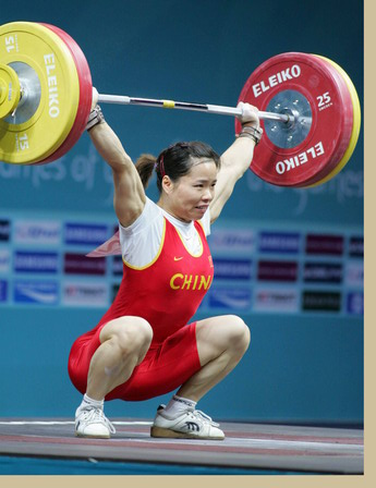 12月3日图:中国姑娘一举翻身 破三项世界纪录