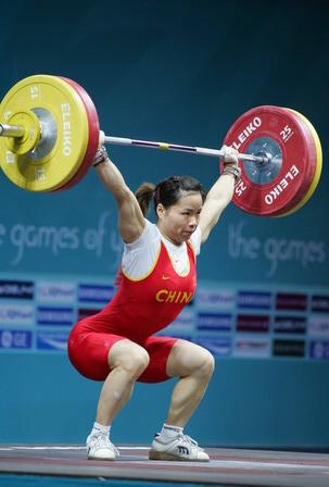 图文:中国选手陈艳青女子举重中 动作分解之一