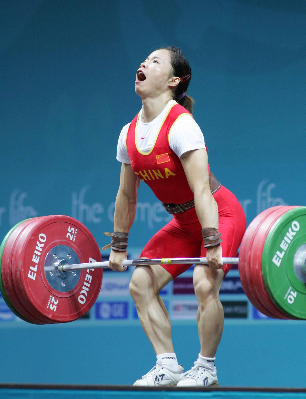 图文:陈艳青破女子举重世界纪录 咬牙坚持
