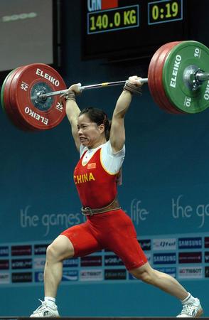 图文:陈艳青三破女子举重世界纪录 奋力一举