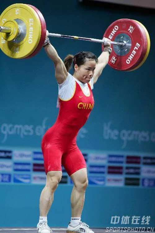 图文:陈艳青打破抓举世界纪录 一举定乾坤