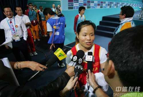 图文:陈艳青打破抓举世界纪录 赛后接受采访