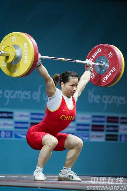 图文:陈艳青打破抓举世界纪录 奋力一举