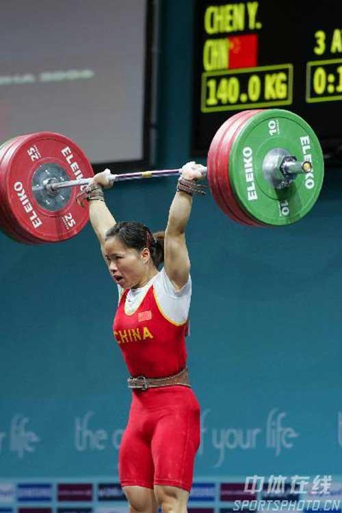 图文:陈艳青打破抓举世界纪录 陈艳青在比赛