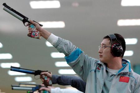 图文:男子10米气手枪个人赛 谭宗亮潇洒出枪