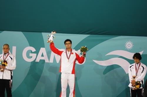 图文:男子200米蝶泳吴鹏勇夺金牌 登上领奖台