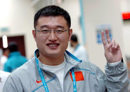 图文:男10米气手枪团体赛 谭宗亮摆出胜利手势