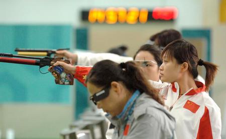 图文:女子10米气手枪个人赛摘银 郭文珺赛中