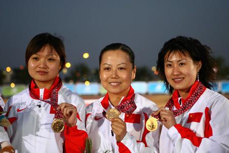 图文:女子10米气手枪团体中国队夺冠 展示金牌