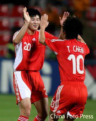 图文:小组赛中国队VS马来西亚 周海滨庆祝进球