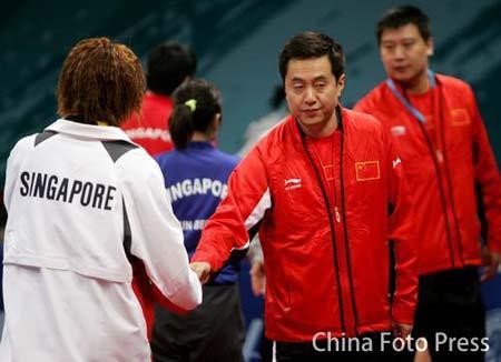 图文:女子乒乓球团体决赛 施之皓与李佳薇握手