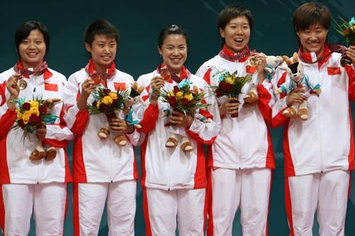 图文:中国乒乓球女团再夺冠 队员集体接受颁奖