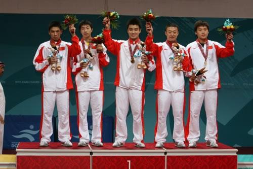 图文:男乒卫冕亚运冠军 五虎将登上最高领奖台