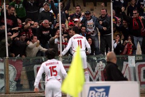 图文:卡利亚里主场战AC米兰 吉拉迪诺再次进球