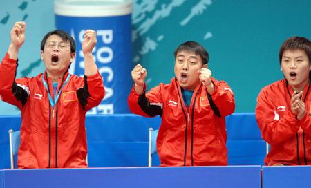 图文:中国男乒获团体赛金牌 刘国梁为队员叫好