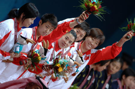 图文:中国女乒获团体赛金牌 向观众致意