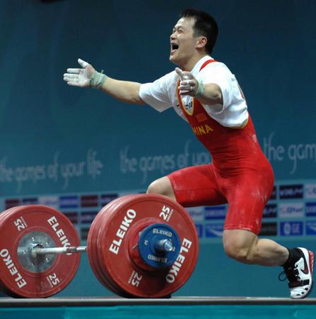 图文:男子举重69公斤级 张国政庆祝胜利