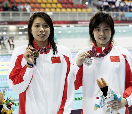 图文:女子400米个人混合泳 齐晖/于锐展示奖牌
