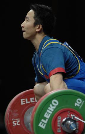 图文:男子举重69公斤级 石智勇在比赛中