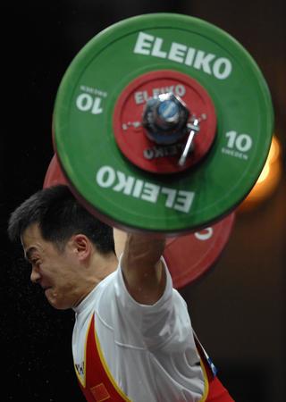 图文:男子举重69公斤级 张国政在比赛中
