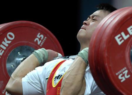 图文:男子举重69公斤级决赛 张国政准备发力