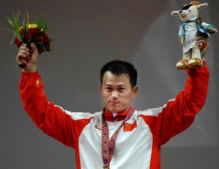 图文:男子举重69公斤级 张国政在颁奖仪式上