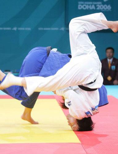 图文:亚运会女子柔道63公斤级决赛 惊险的动作