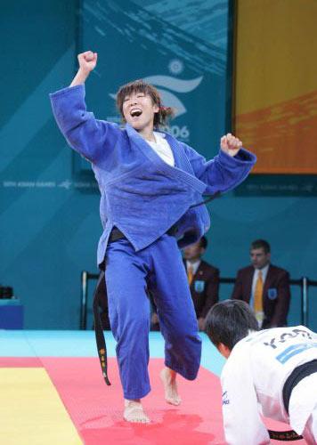 图文:亚运会女子柔道63公斤级决赛 庆祝胜利