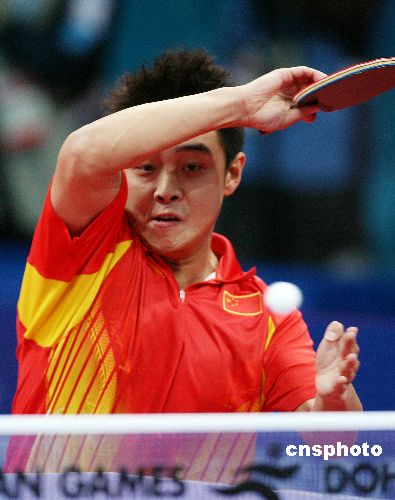 图文:中国队获乒乓球男团冠军 王皓大力扣杀