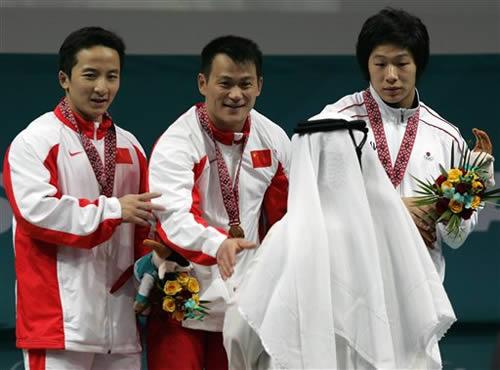 图文:男子举重69kg级 张国政摘金石智勇夺银