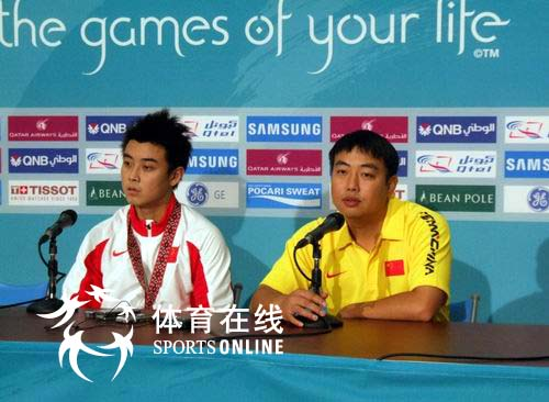 图文:乒乓球男团夺冠 刘国梁王皓在新闻发布会