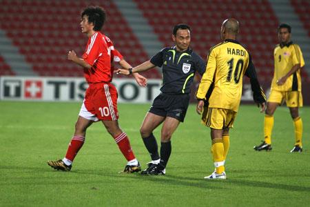 图文:国奥3-1胜马来西亚 裁判员调解两队争执
